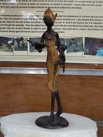 """African Bronzen - """"Frau mit Kind liest 1"""""""