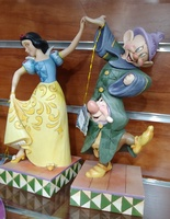 Blancanieves bailando con Mudito y Estornudos - Colecciones de Disney